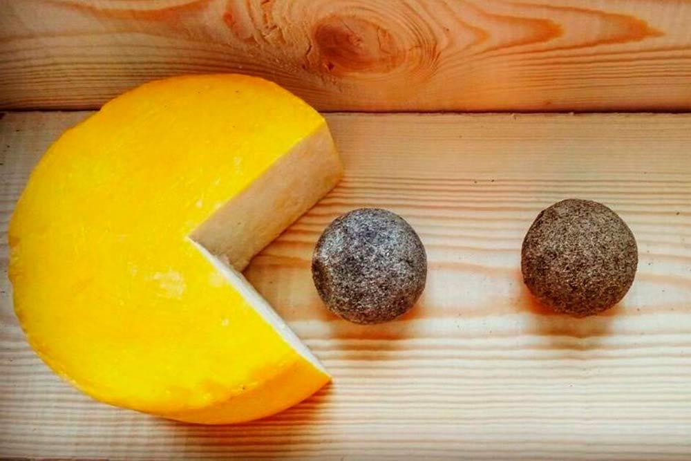 Специализируемся на производстве твердых и полутвердых сортов сыра. На фото два популярных сорта — губернский и белпер кнолле