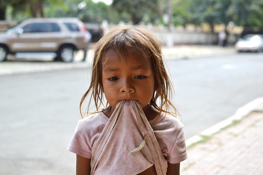 В Ангкоре на каждом шагу продают сувениры за 1$ (65<span class=ruble>Р</span>), но администрация не рекомендует покупать их у детей. Считается, что из-за этого дети не посещают школу: родители отправляют их зарабатывать