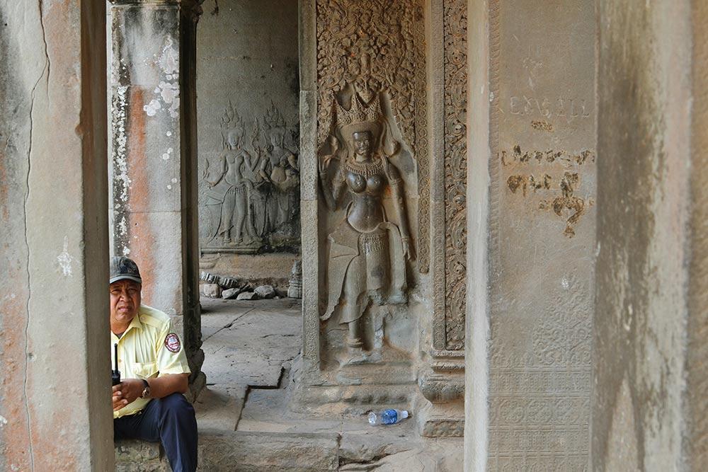 Охрана повсюду. Она проверяет билеты на входе в каждый храм и следит за соблюдением правил посещения священных мест