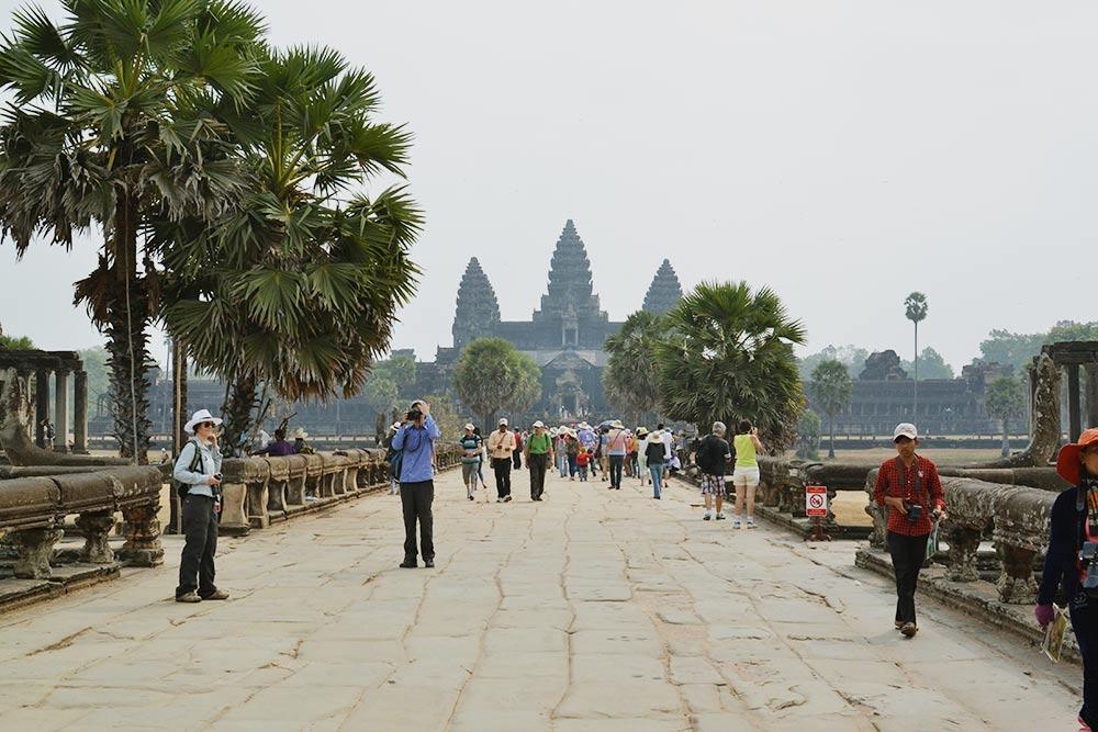 Мост к главному храму — Ангкор-Вату. Именно с него начинается изучение достопримечательностей Ангкора