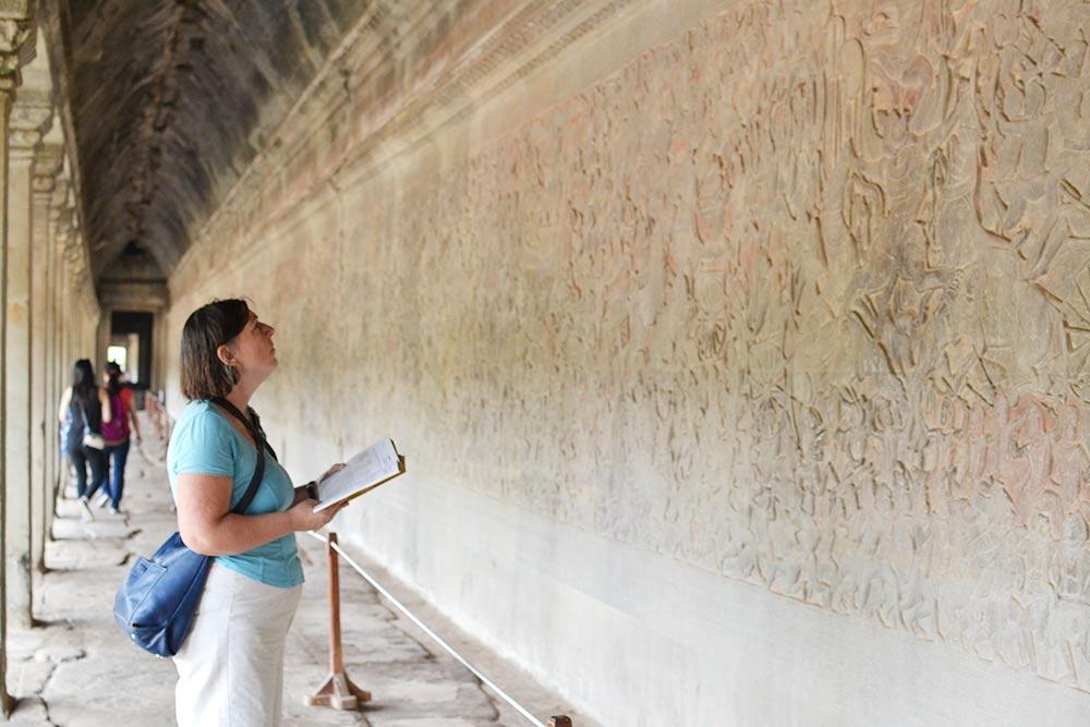 На стенах — отлично сохранившиеся и проработанные до мельчайших деталей барельефы