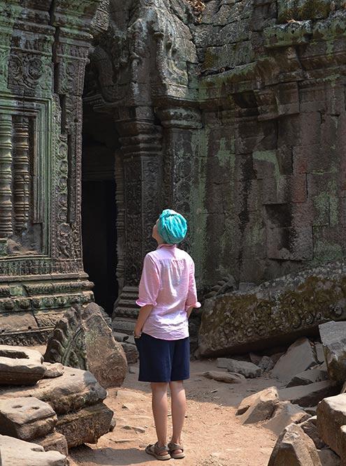 Рядом с храмами и в проходах между постройками лежат огромные разрушенные глыбы и кучи камней. Думаю, это задумка реставраторов, чтобы сохранить атмосферу заброшенного древнего города