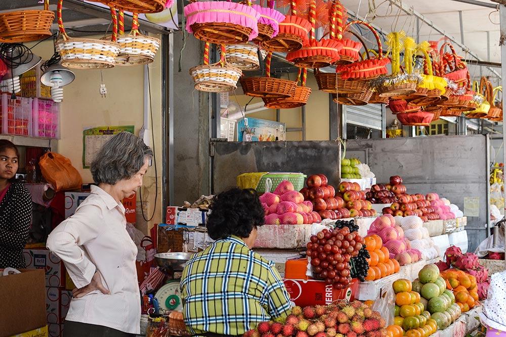 Фруктовые ряды на рынке в Пномпене — это разнообразие цвета, запаха и вкуса