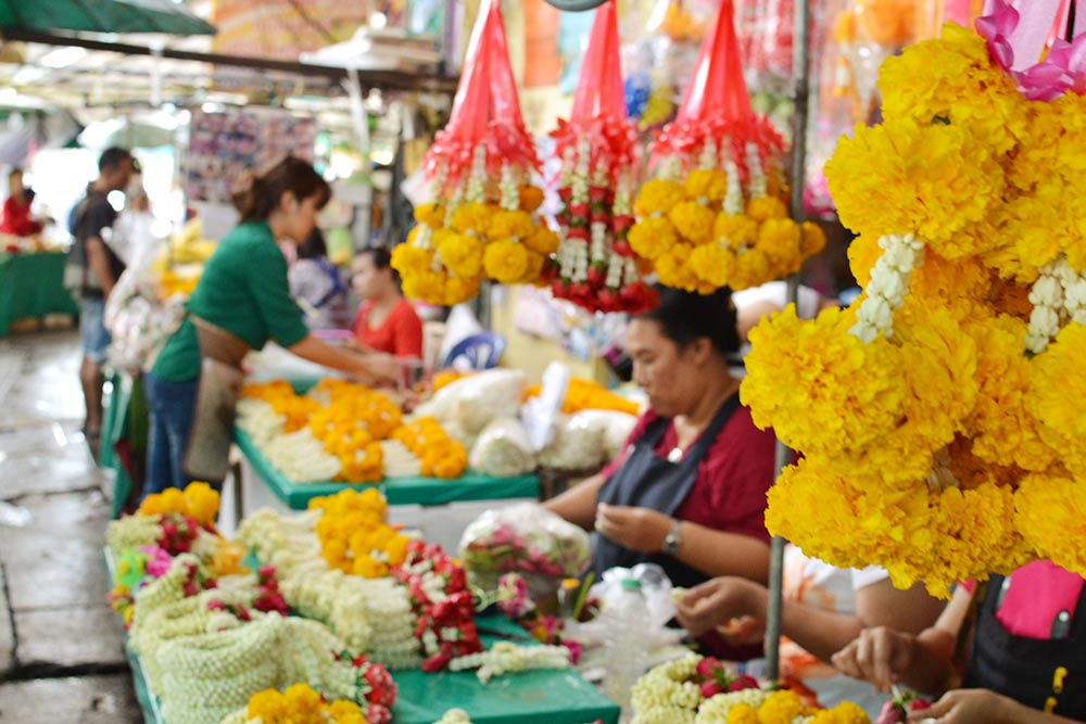 Амулеты и талисманы в виде венков и гирлянд из живых цветов повсюду: в храмах, на статуях и лобовых стеклах автомобилей. Их продают на цветочном рынке. Цены начинаются от 1$ (65<span class=ruble>Р</span>) за венок