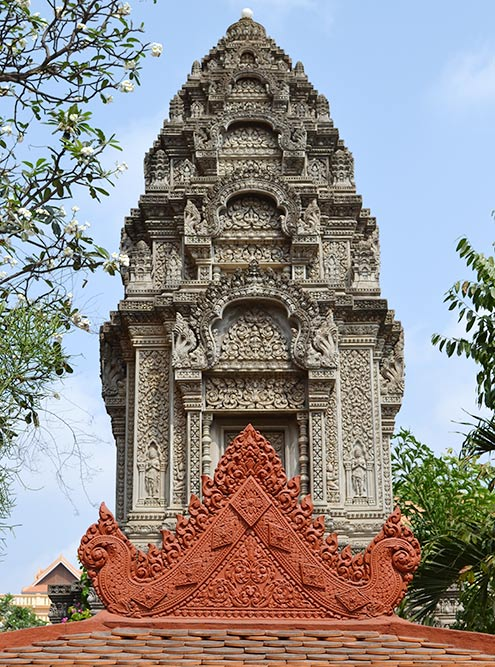 Wat Ounalom — официальный храм королевской семьи. Рядом с ним расположен национальный музей
