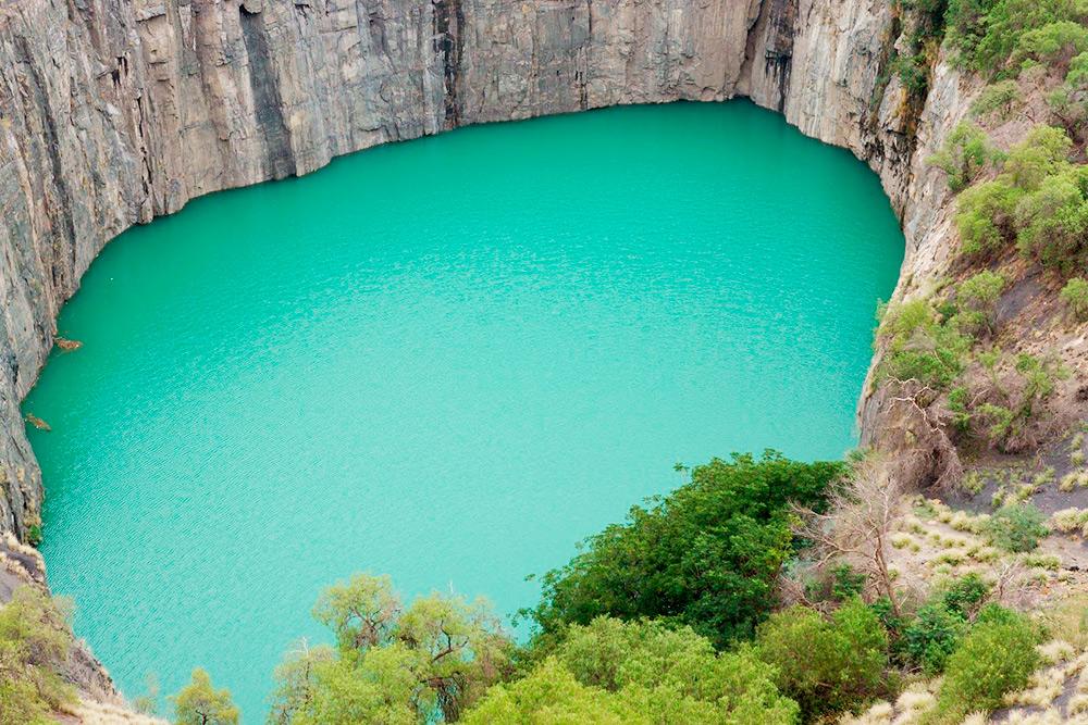 «Большая дыра» — карьер глубиной в 240метров, который выкопали лопатами и кирками, добывая алмазы
