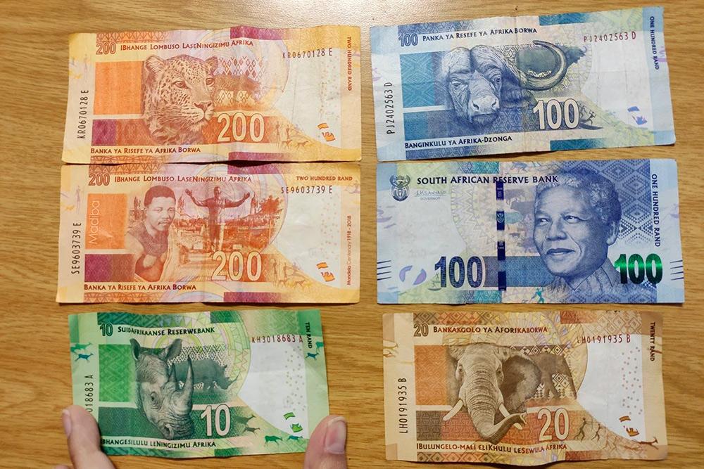 Так выглядят местные купюры, на них изображены Нельсон Мандела и Большая пятерка — это представители местной экзотической фауны: слон, носорог, буйвол, леопард и лев