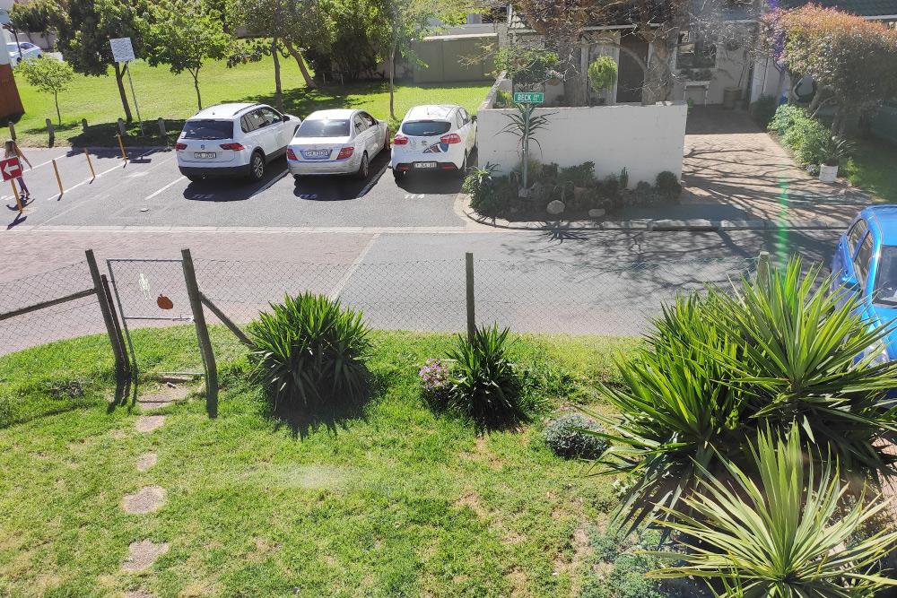 Вид со второго этажа на наш дворик и парковку