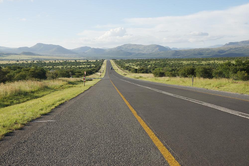 Покрытие дорог обычно хорошее, а виды — просто шикарные. Ограничение скорости на трассе — 120км/ч
