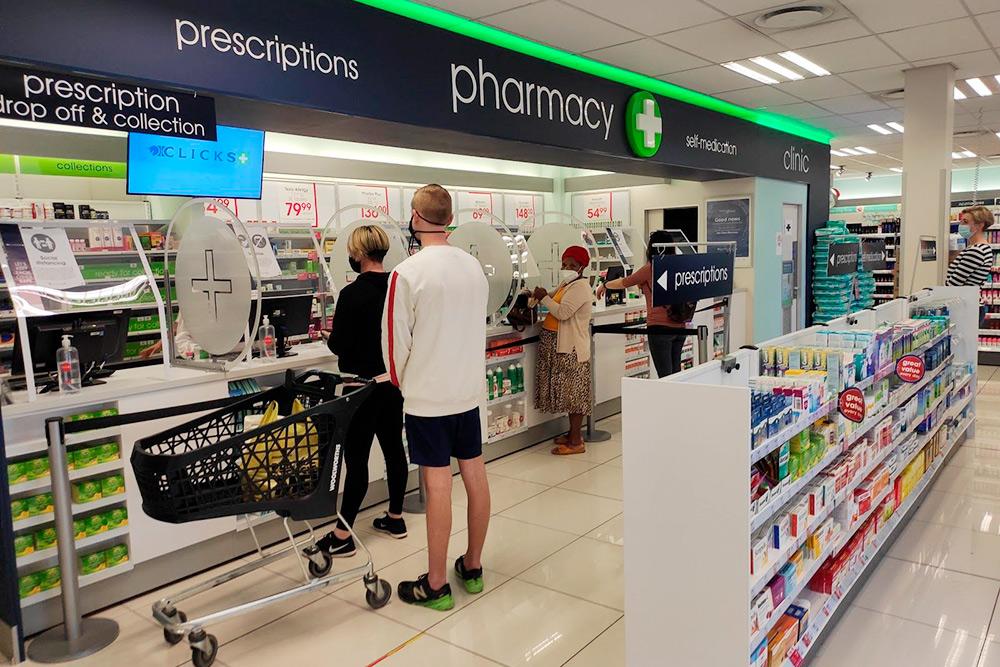 В местной аптеке можно купить очень многое: косметику, бытовую технику, средства для ухода и даже что-то из еды. В торговом зале выставлено очень мало лекарств: обычно только витамины, аспирин и парацетамол — но их можно найти и в обычном супермаркете