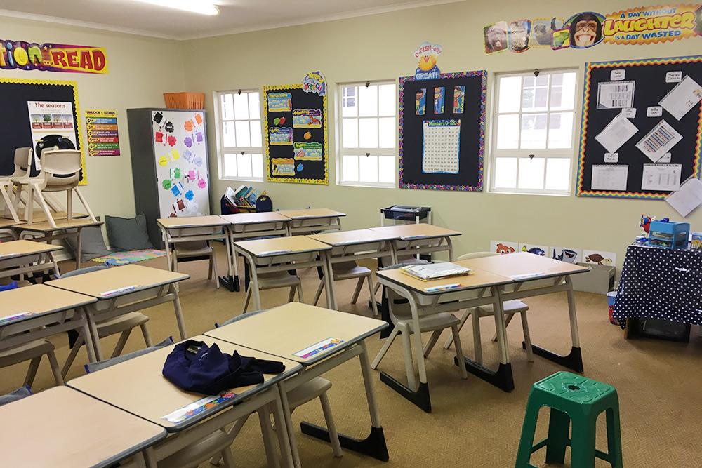 В частной школе, где учится моя дочь, очень хорошее оснащение, просторные классы, в каждом максимум 20 детей. Обучение идет на английском языке. Учебный год в Южной Африке состоит из четырех четвертей, он начинается в январе и длится до декабря