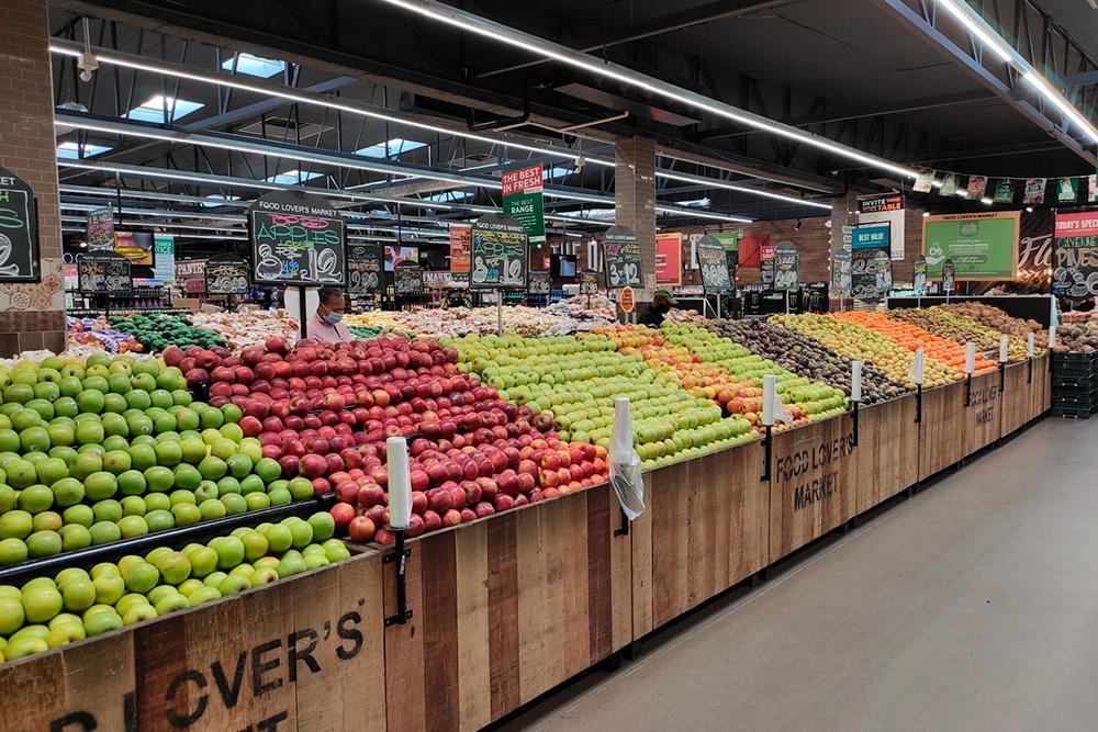 Прилавки магазинов просто ломятся от местных овощей и фруктов — очень свежих, сочных и вкусных