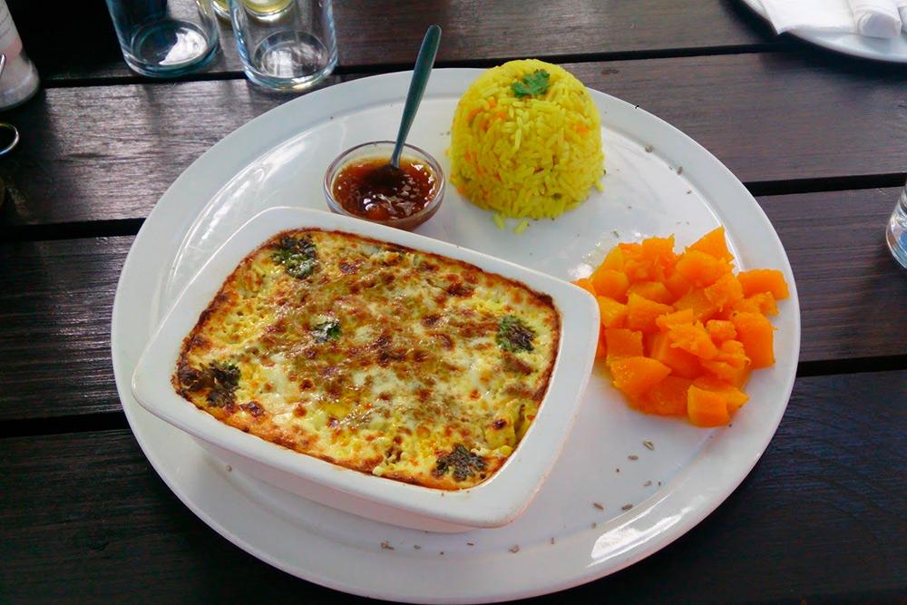 Бубути — одно из традиционных блюд в ЮАР. Это омлет с мясом и абрикосовым вареньем, стоит примерно 90 ZAR (436<span class=ruble>Р</span>)