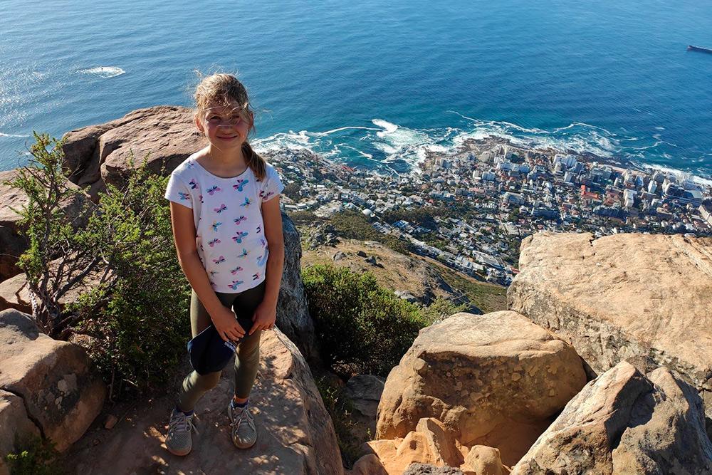 Это моя дочь Лиза на вершине Львиной горы, которая нависает над Кейптауном. Отсюда открываются прекрасные виды на город и океан, а подняться довольно просто