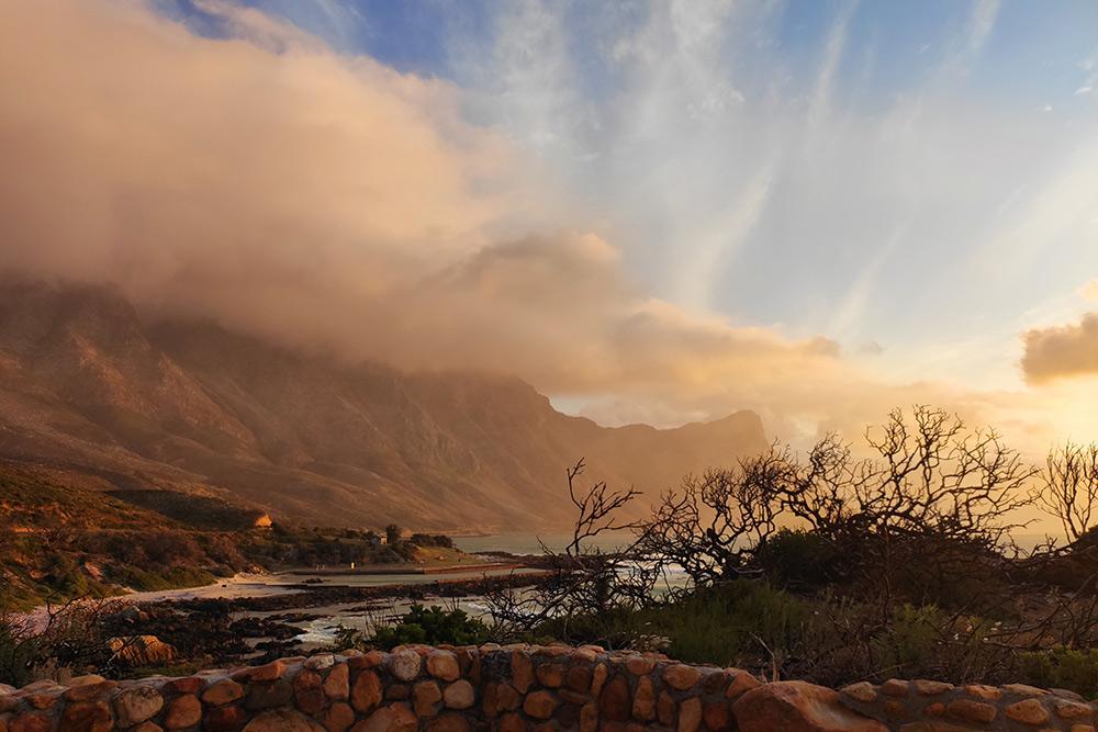 Вид с дороги, проходящей по берегу Атлантического океана, при выезде из Кейптауна в сторону Игольного мыса. Это примерно 20 минут езды от нашего дома
