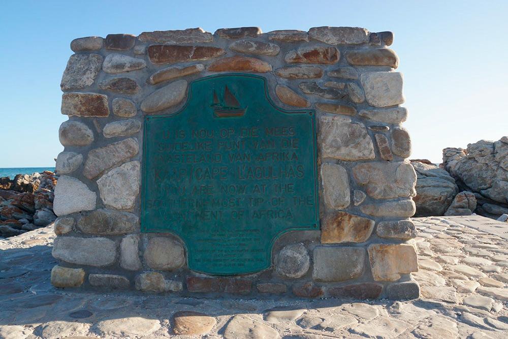 В Западно-Капской провинции, где расположен Кейптаун, многие надписи дублируются на языке африкаанс — он сверху