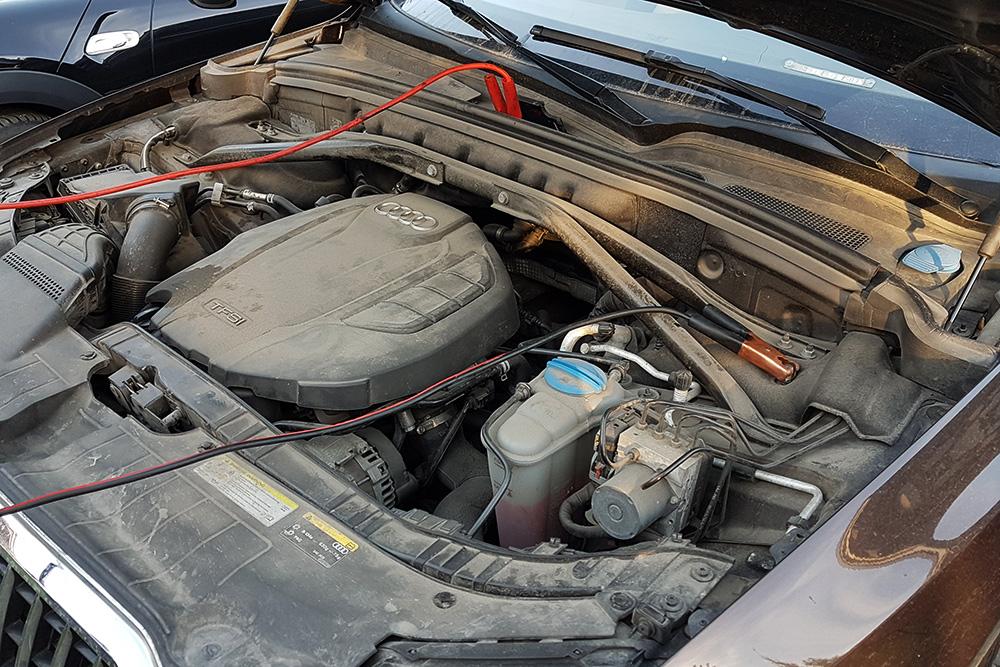 AudiQ5, клеммы расположены далеко друг от друга и не в самых удобных местах. Важно заранее подключить провода к машине-донору и проверить, куда они дотянутся. Чтобы избежать замыкания, свободные концы проводов необходимо держать на расстоянии