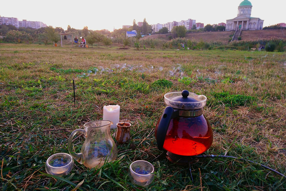 Я беру с собой чайник, даже когда еду отдыхать наприроду. Люблю любоваться цветом чая влучах заходящего солнца