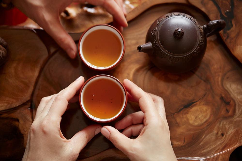 У нас этот чай называют черным, поцвету листа. АвКитае — красным, поцвету настоя. Нолист красного чая не обязательно черный, он может быть разных темных оттенков. Источник: WAYHOME studio \ Shutterstock
