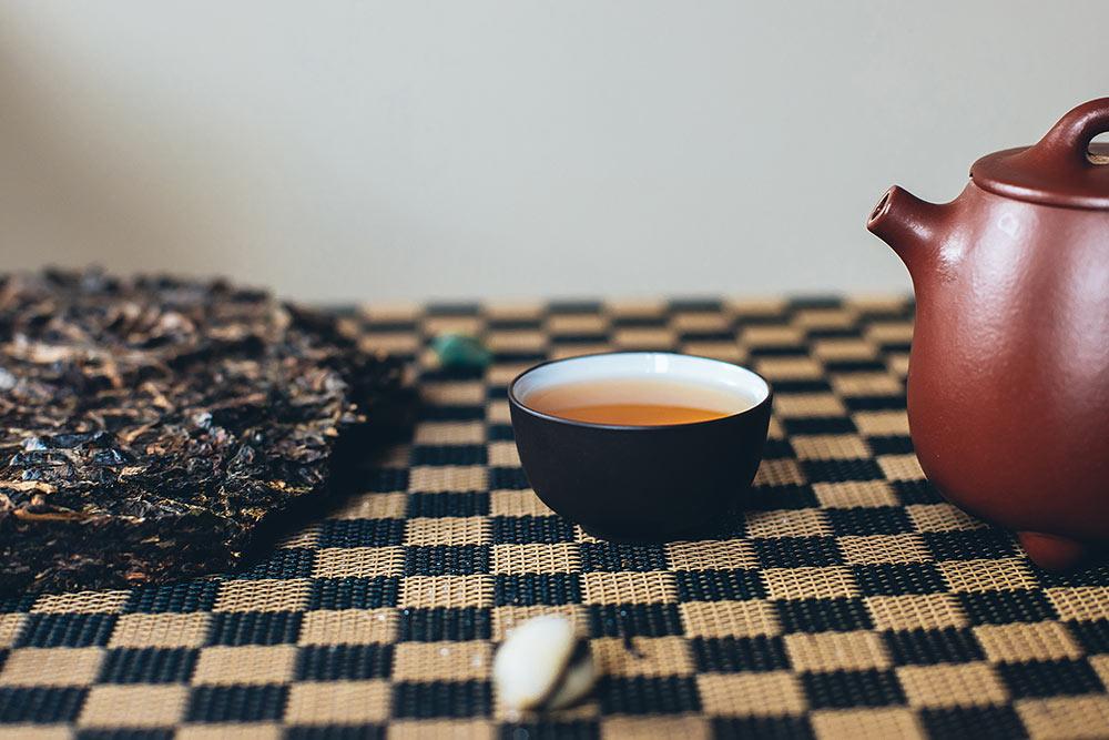 Пуэр Шен даже в блине светлее, чемШу. Потомучто нетак сильно ферментируется. Источник: Lisitskiyfoto \ Shutterstock