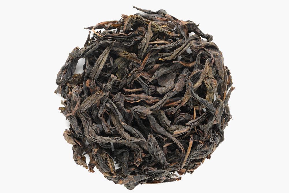В темных улунах листья скручиваются поперечно, имеют более темный цвет и терпкий аромат. Это чай Хуачунь ДаХунПао. Источник: Alexey Borodin \ Shutterstock