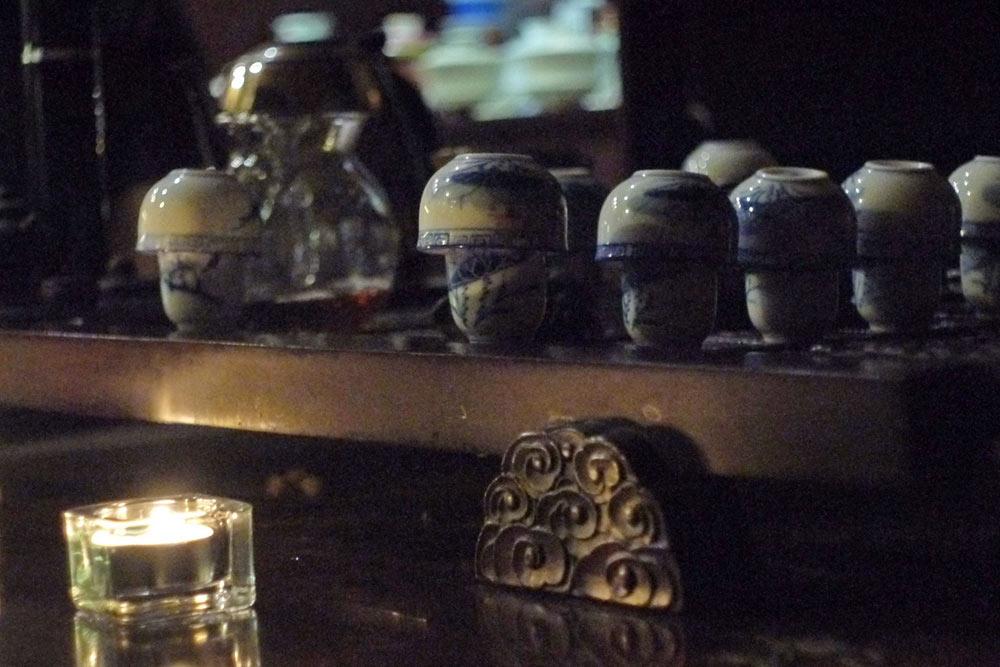 Фарфоровые чайные пары. Чай наливают в высокие чашки, потом сразу оттуда сливают и наслаждаются оставшимся ароматом