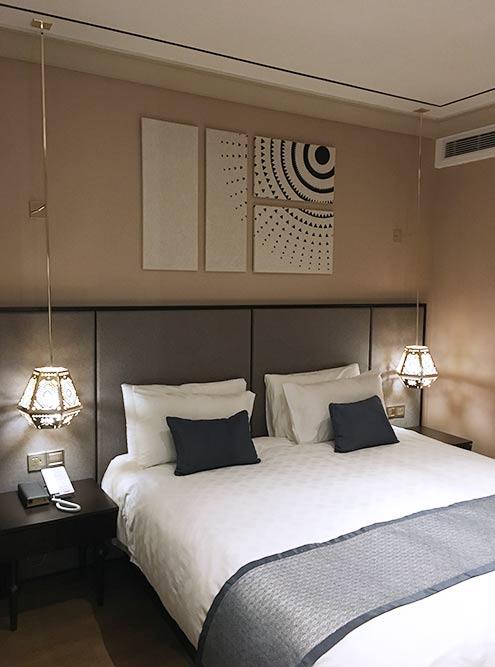 Этот номер в отеле в Шанхае стоит около 600 Ұ за ночь. Завтрак в стоимость не входит