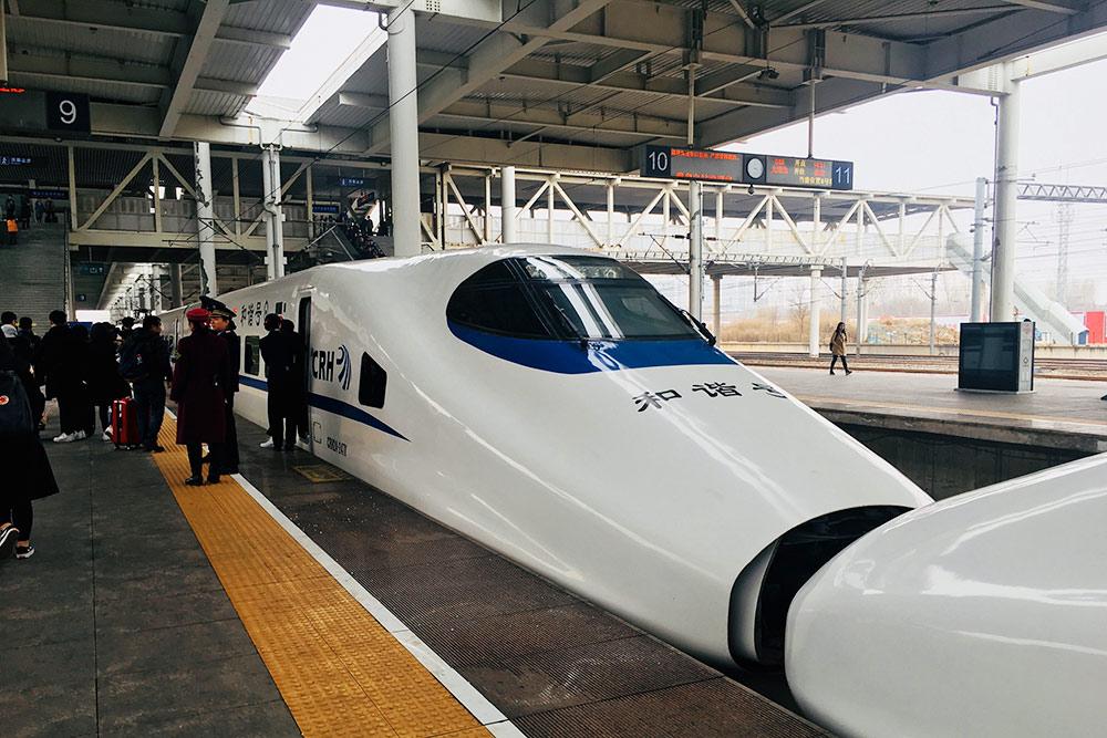 Китайский скоростной поезд развивает скорость до 350 км/ч, а может разогнаться и до 450 км/ч