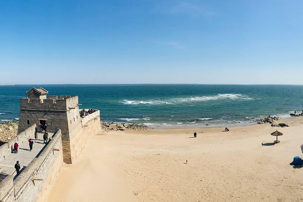 Так заканчивается Великая Китайская стена. В апреле там ветрено — советую взять шапку и надеть теплую куртку. В августе я купалась на пляже у стены