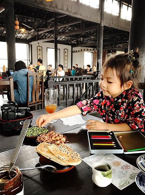 Вприкуску с чаем китайцы едят сушеный горох, арахис, семечки и пресные хлебные лепешки. Фото сделано в традиционном чайном доме