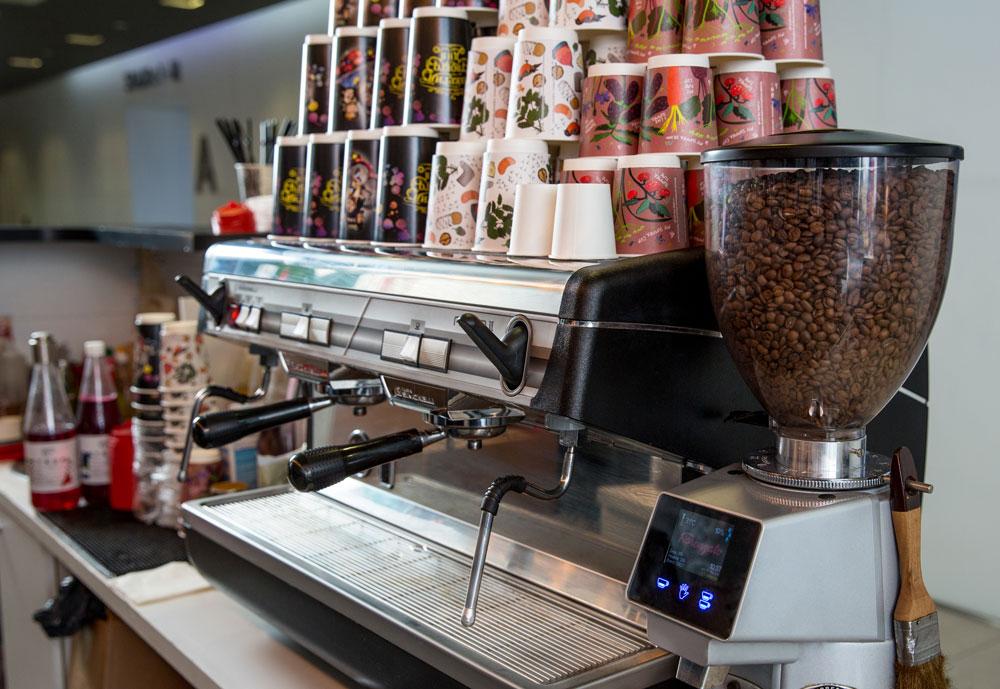 Новая кофемашина с кофемолкой хорошей фирмы, например «Симонелли», стоит от 180 000 рублей. Ребята кофемашину пока что взяли в аренду