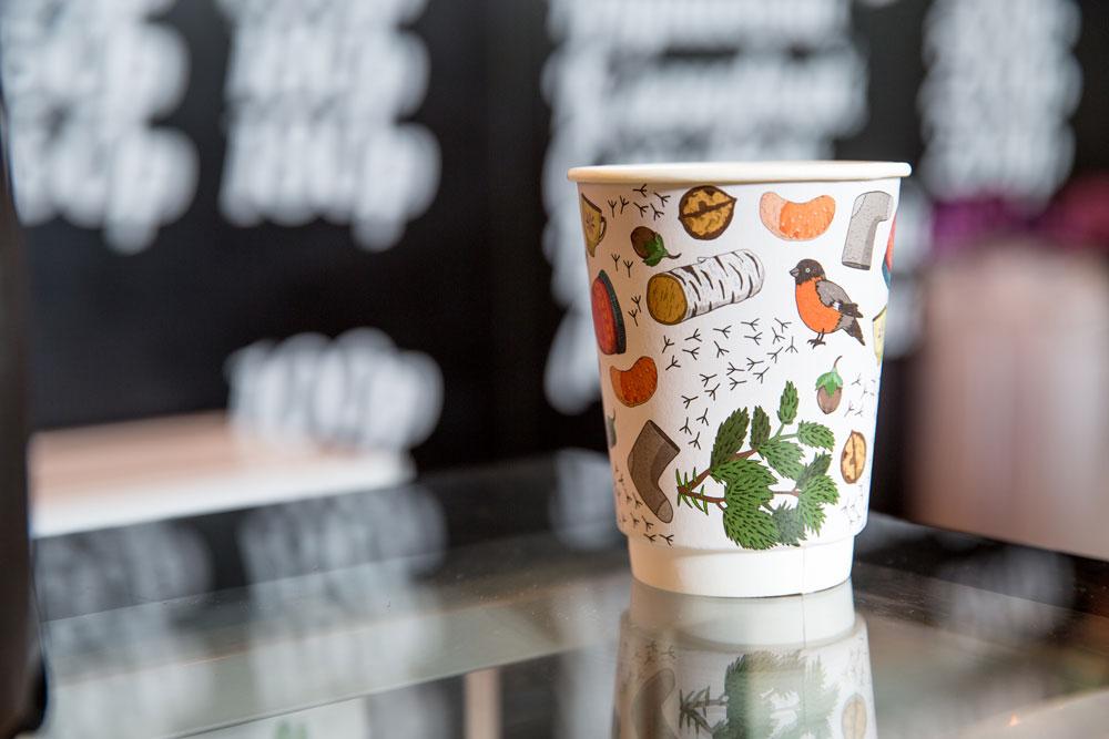 В бизнес-центре есть люди, которые покупают здесь кофе только из-за красивых стаканчиков