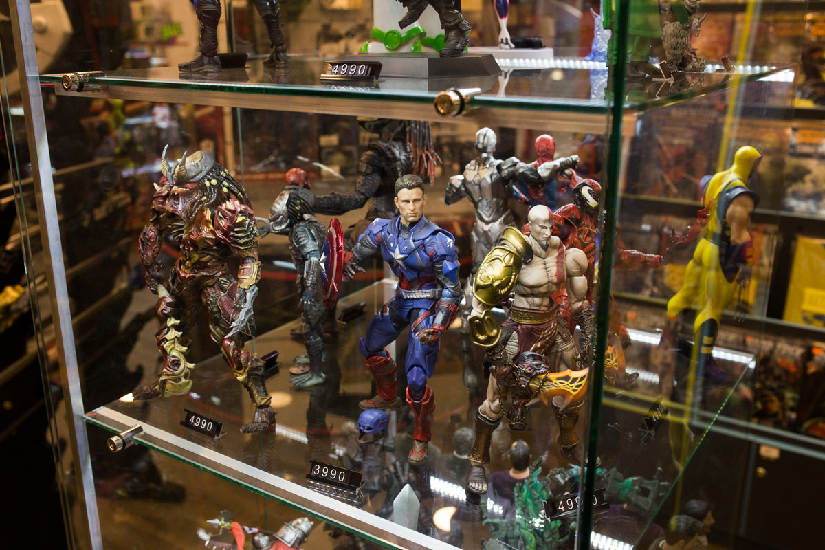 Коллекционные фигурки держат только в закрытых стеклянных стеллажах