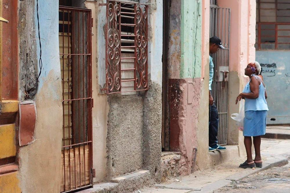 На Кубе любят поговорить о политике за рюмкой рома. Сразу после приезда соседи по квартире рассказывали мне все последние новости