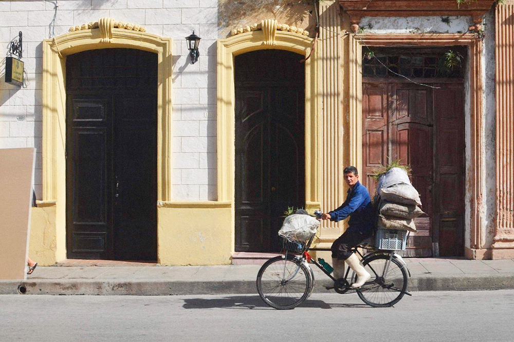 Во многих кубинских городах местные жители не могут себе позволить купить машину, поэтому перемещаются на велосипедах
