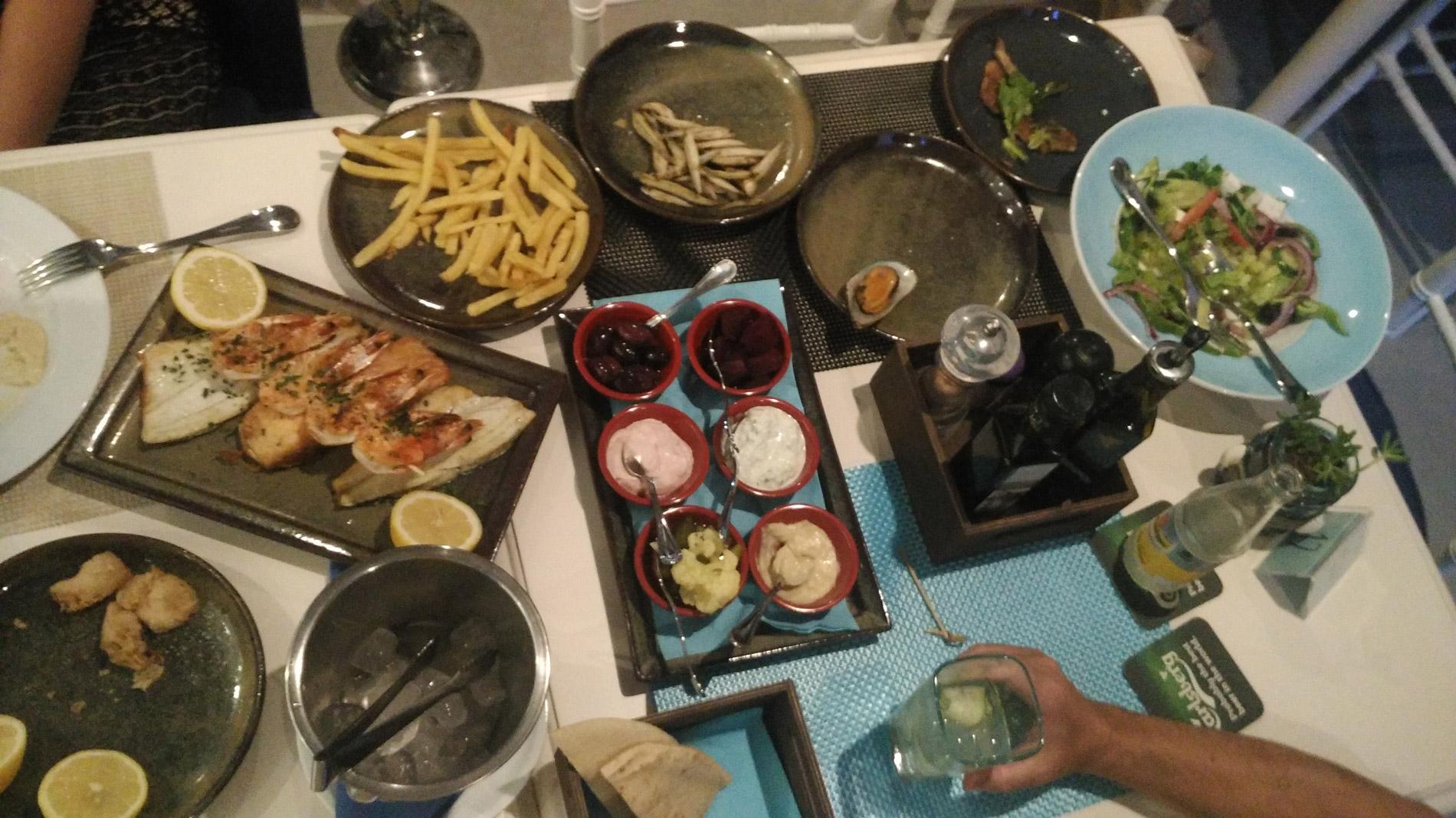 Традиционное рыбное мезе в ресторане «Блю-даймонд»: анчоусы, креветки, кальмары, морской окунь, лосось, мидии, салат и жареный картофель