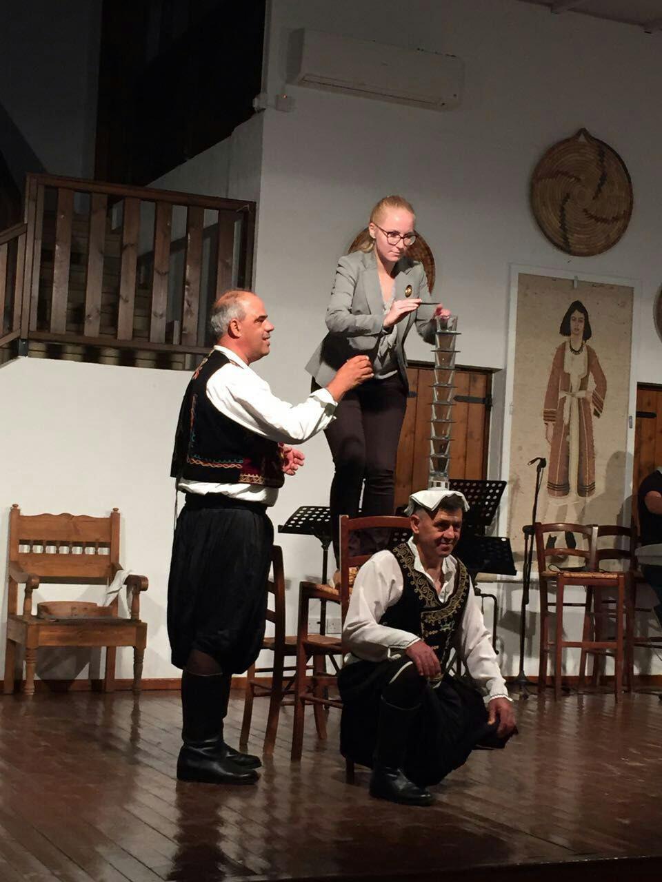Еще одно традиционное кипрское развлечение в тавернах: по очереди вызывают гостей на сцену и просят их поставить стаканы на голову танцора. Потом танцор с такой башенкой на голове ходит по залу