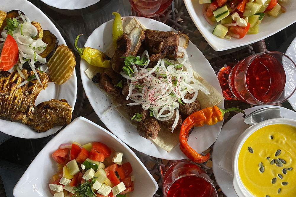 Шашлык и люля-кебаб из баранины, жареная форель, салат из свежих овощей и сыра, тыквенный суп и морс. Стоимость — 1700<span class=ruble>Р</span>