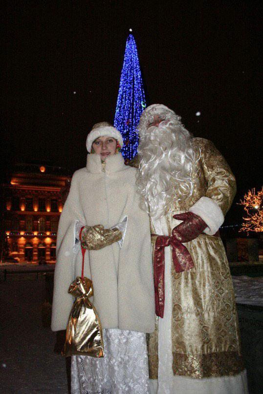 Наши костюмы выглядят традиционными, хоть Дед Мороз и не красный