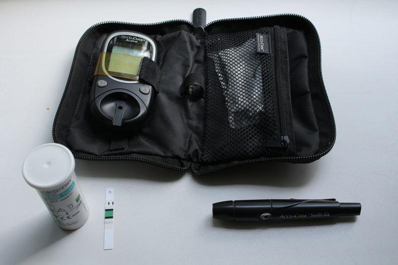 Мой первый глюкометр — «Акку-чек-актив». Этот прибор с 10 тест-полосками стоит <nobr>900—1500 рублей</nobr>. Одна тест-полоска обойдется в 20 рублей
