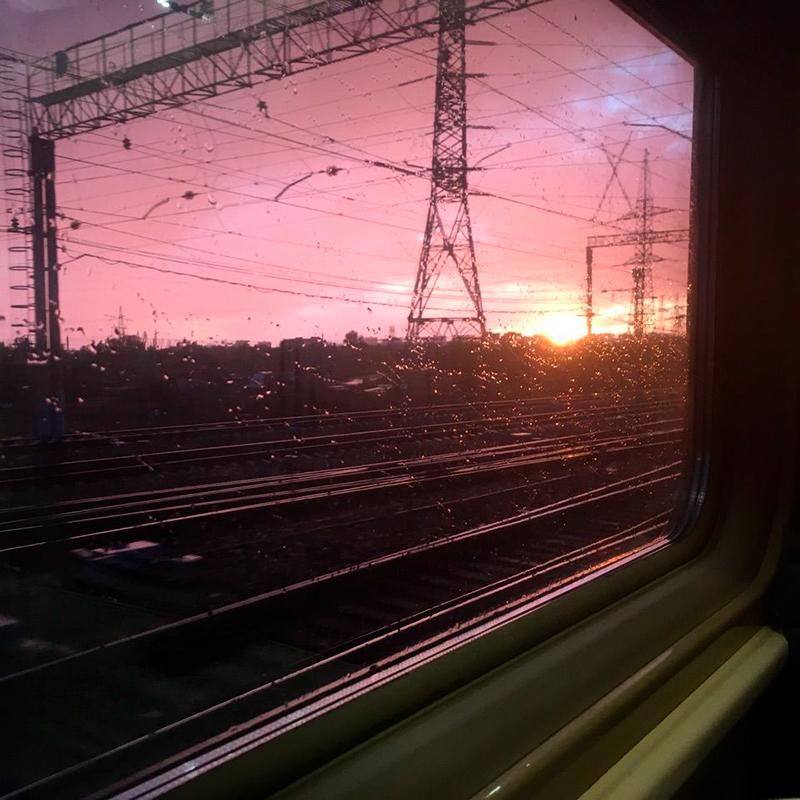 Успела заснять красивый закат из окна поезда