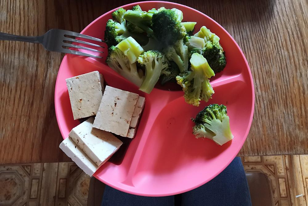 Есть совсем не хочется, но засовываю в себя вареную брокколи и тофу
