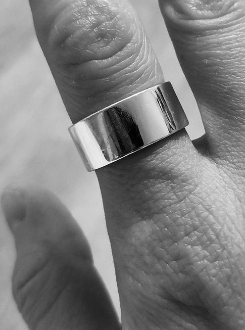А мое кольцо проще: внутри только гравировка horror vacui, то есть «боязнь пустоты». Это направление в искусстве, когда на рисунке все свободное пространство заполнено мелкими деталями. А еще это мой девиз по жизни. Кольцо мне велико, и я ношу его как серьгу