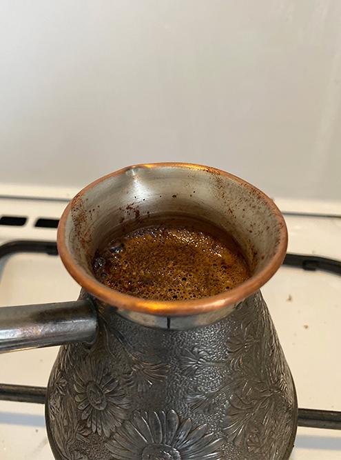 Ставлю вариться кофе в турке. Не могу пить кофе на завтрак, но с удовольствием выпиваю чашку днем. Дома пью просто черный, а если выезжаю, то капучино