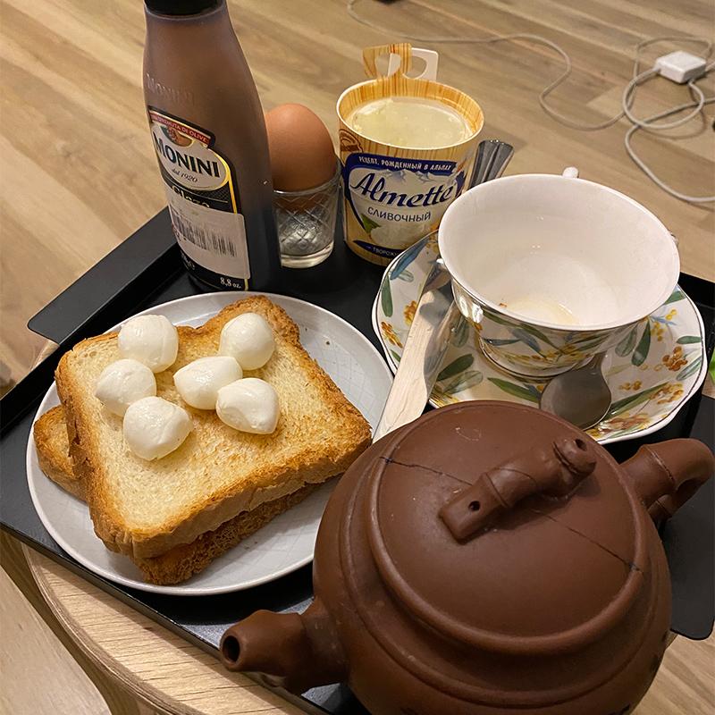 Завтракаю за компьютером у себя в комнате, чтобы не просидеть в одной позе 12 часов за компьютером на кухне