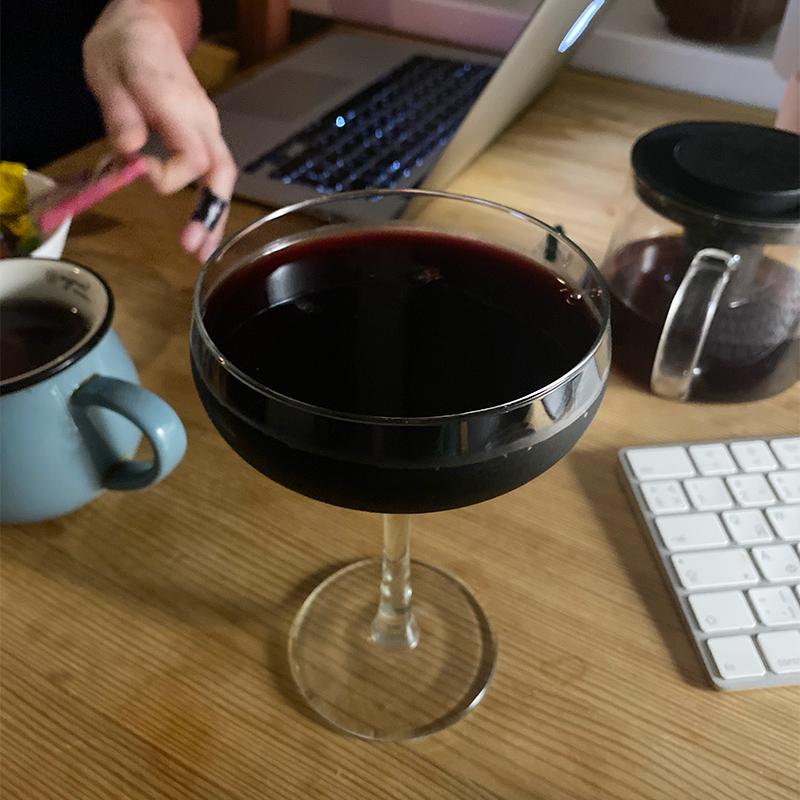 Оказалось, что С. разбила наш последний бокал длявина, остались только дляшампанского. В него я и налила вина, купленного в пятницу