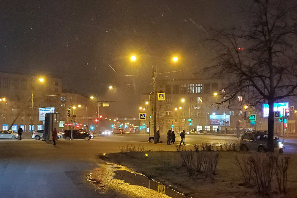 На улице идет снег, но сразу тает