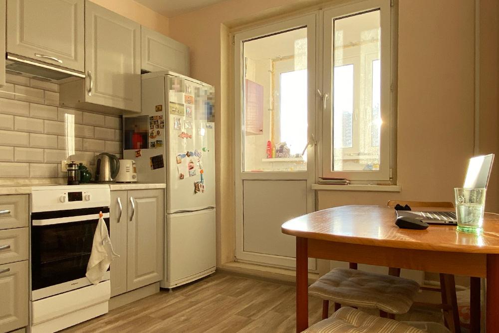 Дома я работаю на кухне. Единственное неудобство — отсутствие нормального кресла. А так мы с мужем не мешаем друг другу разговорами, а еще мне проще следить за готовкой еды