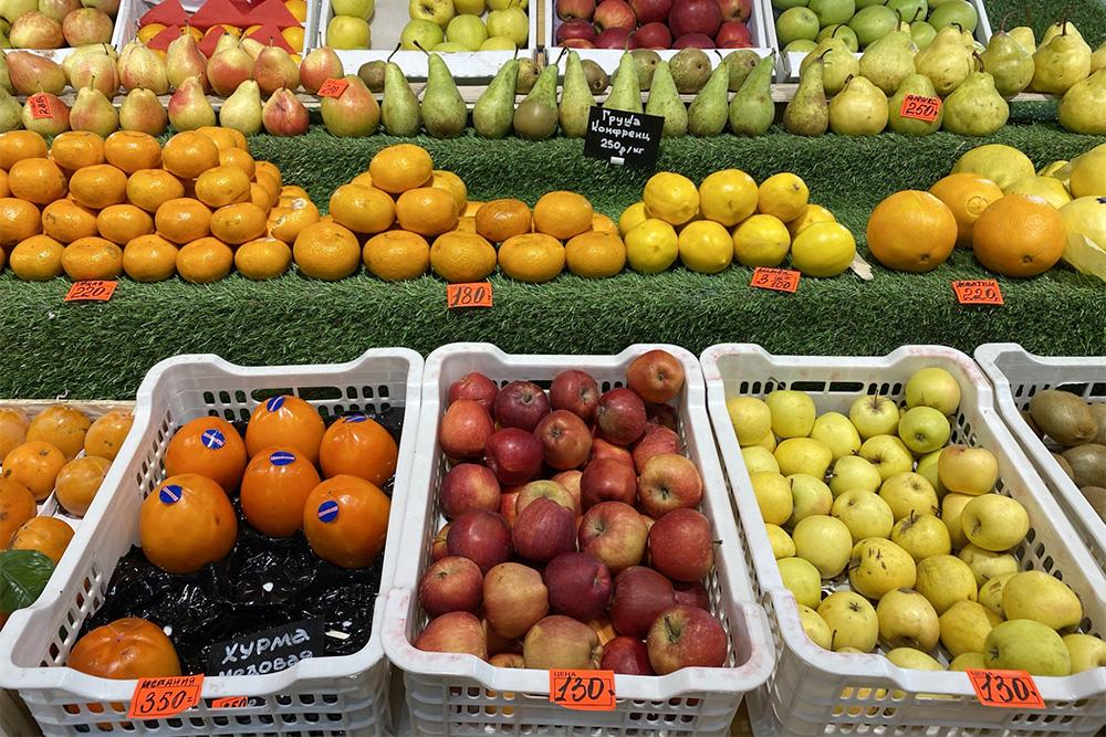Цены на фрукты на нашем рынке. Папа по телефону жаловался, что у них нет мандаринов дешевле 100<span class=ruble>Р</span>, как в прошлом году. Просто молча отправляю ему это фото