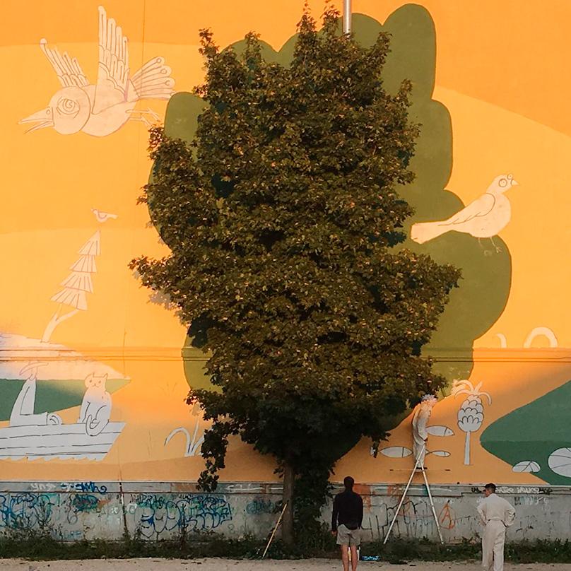 Живое дерево так удачно вплетено в рисунок. Здорово!